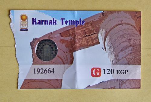 約1時間でルクソール空港に到着し、ツアー一行はバスでまず最初のナイル川東岸にあるカルナック神殿へ。この神殿は、【世】古代都市テーベとその墓地遺跡のひとつの構成資産となっている。<br /><br />9時半頃にカルナック神殿に到着。現地ガイドから入場券を手渡される。120EGP=720円だ。