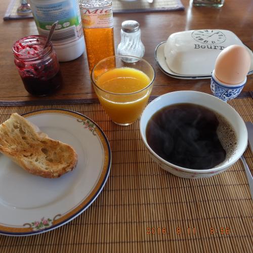 おはようございます。Iさん宅でいただく朝ごはん。<br /><br />バゲット、ジャム、バター、牛乳、バスクチーズ、はちみつ、オレンジジュース、珈琲、半熟卵。ごちそうさまです☺