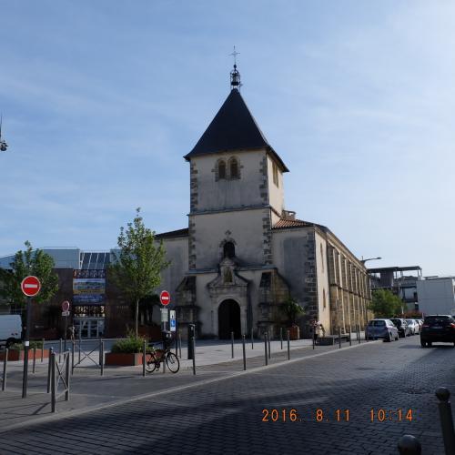 Église Saint Martin <br /><br />てくてく5分ぐらいすると、かわいい感じの外装の教会に着きました。