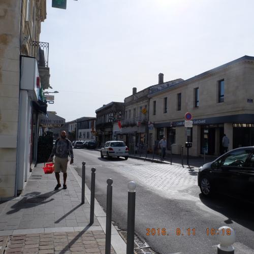 レストランやお店が連なる通りをとおり