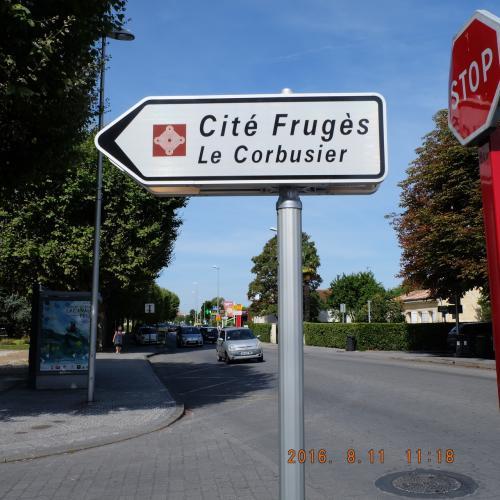 さてさらに西へテクテク。連れていきたいと朝ごはんのときに言ってくれた、ペサックの集合住宅へ。1924年、Frugès氏の指示のもと、スイス出身のフランスでも世界でも著名な建築家のCorbisierさんと彼のいとこのJeanneret氏が共作して、世界遺産に2016年、数度の挑戦の末登録されたらしいです。