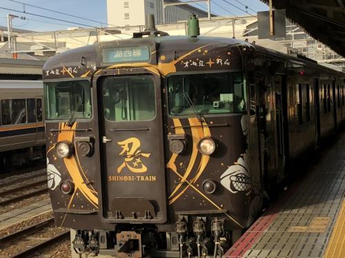 京都駅に到着。忍者をイメージした塗装の列車が止まっていました。