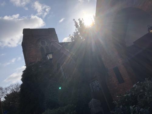 教会の外にでると、朝の光が輝いて。