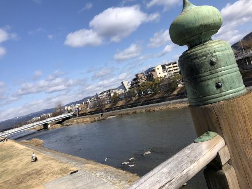 三条通りに出て、鴨川を渡ります。三条大橋ですね。