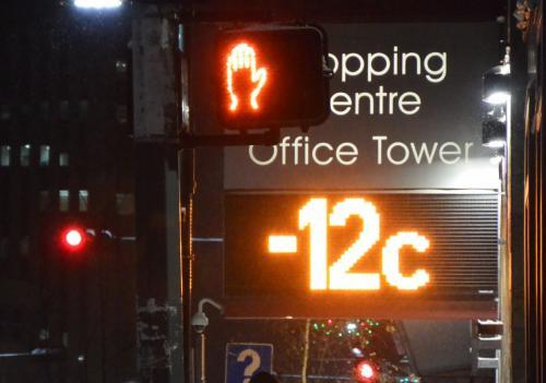 イエローナイフに唯一有る信号の場所に 電光掲示板が有ります<br /><br />12日夕方6時半の 気温は-12度<br />この日の天気予報は 最高-14度 最低-21度 にわか雪 だったからかなり暖かい?