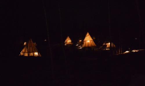 先住民の移動用住居 ティーピー が暗闇に 暖かい灯りを提供している・・ 施設内には20近くのティーピーが有ります