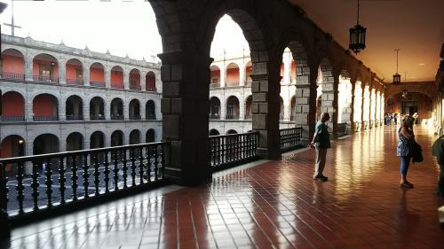 リベラの壁画のある階段を上り、2階の回廊を時計回りに壁画を見ながら対角線上の位置まで来ました。