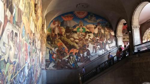 そして右手にも壁画が広がります。