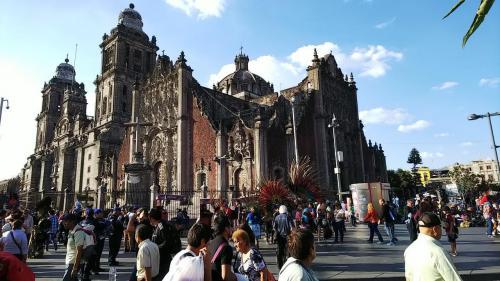 国立宮殿の角から見た大聖堂。<br />外観も見応えがあります。