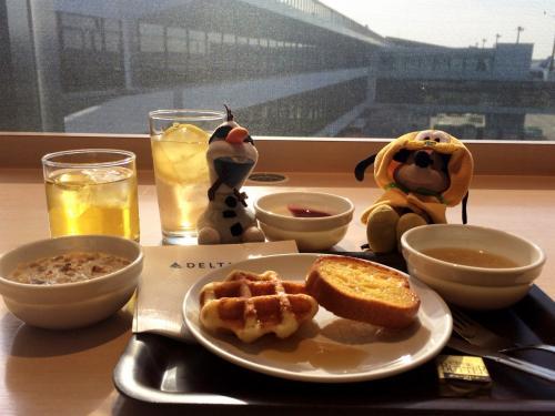 平成30年2月18日(日)、午前9時。私の今年の旅は成田空港第1ターミナルにあるデルタスカイクラブでガッツリ朝食からスタート。<br /><br />天気は良いけどまだ寒さが身に凍みる2月の日本ですが、これから行くところは年間平均気温27℃という常夏の国!<br /><br />今は良いけど現地着いたら暑そうなものを身に纏った寒がりのミッキーに、夏が好きでワクワクしているけど溶けて人参とサングラスだけになってしまわないか心配なオラフ。<br /><br />今回の旅も、そんないつもの彼らと一緒です(^_^)<br />