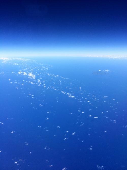 飛行機から見る真っ青な空と海は、まさにプライスレス。