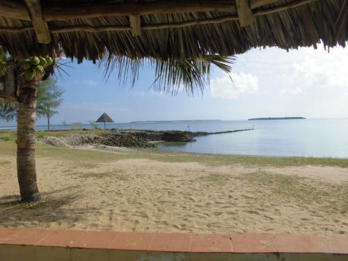 目的地のMBUDYA島を眺めながら、船が到着するのを暫く待ちます。