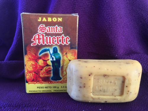 厄除け系石鹸<br /><br />これは厄や悪運を断ち切り運気を良い方向へと導くという石鹸。<br /><br />粒々のシナモン成分が特徴です