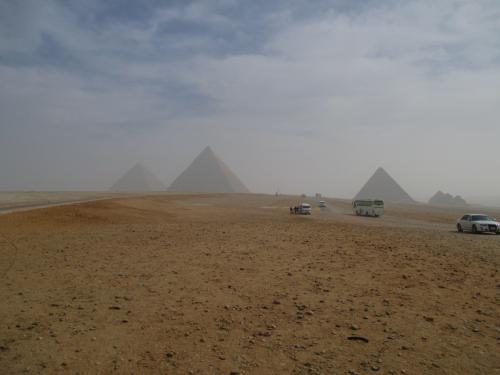 全てのピラミッドが一望できるスポットへ。<br /><br />まあ一望はできるんだけど、もやってて残念。<br />ピラミッドではいい写真撮れなかったな。