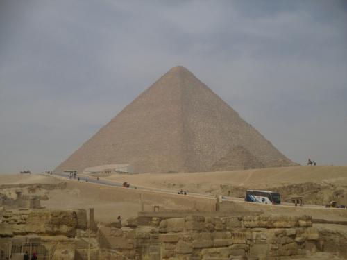別角度から撮ったものですが、これがクフ王のピラミッド。<br />最大のピラミッドです。<br />4500年ぐらい前に建造されたようです。<br /><br />もう何なんでしょうね?これ。<br />重機の無い時代に古代人達が石を運んでせっせと造ったかと思うと、人のやる気と根性に驚くしかない。