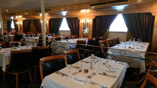 食堂です。<br />後ろの席との間隔が狭いので、バイキングでお料理を取りに行くのはたいへんでした。