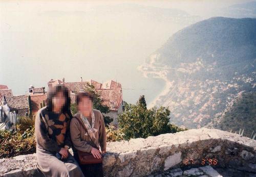 今から20年前の1996年に職場の同僚と南フランスを旅行し、その時エズに立ち寄ったが、主人はエズは初めてということで、今回再度訪れることにした。フォートラベルのトラベラーmondoさんのブログに刺激を受けて、エズからTulbieまで歩きたいと思ったが、とてもまねはできないので、歩きは断念。バスでの訪問となった。(写真は1996年撮影、左が若き日の私)<br />