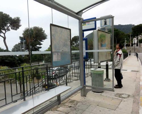 駅舎向かいにエズ行きのバス停があった。あらかじめ調べていた通り10時発しかなく、40分くらい待つはめに。
