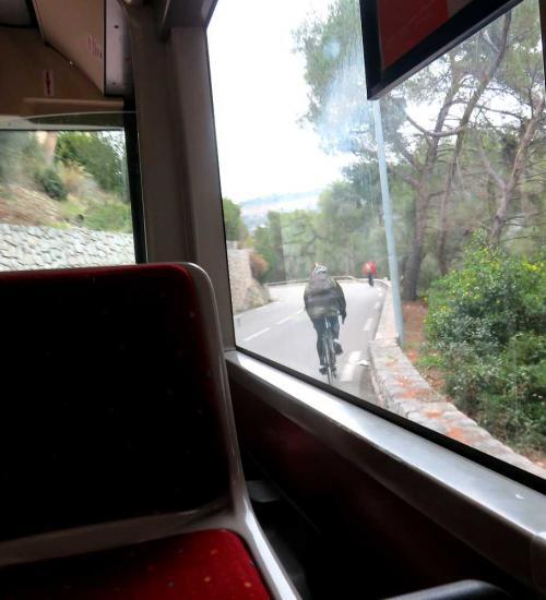 ようやくバスに乗車。バスには私達のほかは誰も乗っていなかった。途中、自転車や徒歩で村に向かう人に出会った。