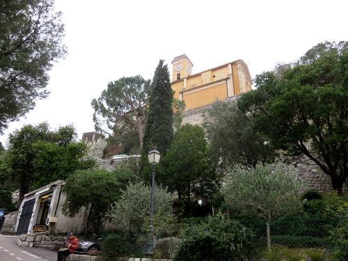 教会を横目に坂を登る。