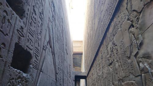 壁がレリーフで埋め尽くされています。