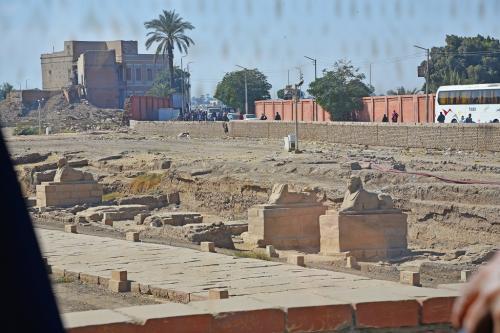 カルナック神殿観光後、バスでルクソール神殿へ移動。車窓からは、その昔カルナック神殿からルクソール神殿まで続いていた、直線で3kmほどのスフィンクスが並ぶ参道の発掘が行われていた。ナイル川の氾濫で土砂に埋もれていたので、現在の発掘になっているのだろう。<br /><br />現地ガイドが面白いことを言っていた。日本からの「エジプトでウォーキング」をキャッチフレーズにしたツアーのガイドをした時は、カルナック神殿からルクソール神殿まで全員ウォーキングで移動したのだが、この直線で3kmほどの神殿間を一緒に歩いたそうだ。「死ぬほど疲れて、二度とやりたくない」と。