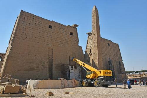 神殿が見えてきた。クレーン車は、神殿の一部を修復しているのだろうか。