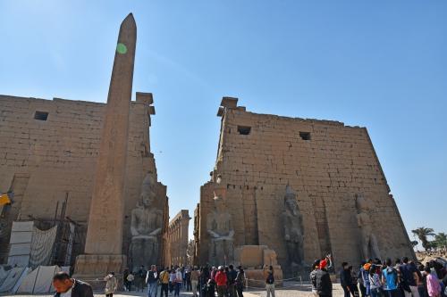 このルクソール神殿は、カルナック神殿の副殿で、アメンヘテプ3世とラムセス2世の二人が大部分を建設している(紀元前1200~1300年頃)。もちろん、【世】古代都市テーベとその墓地遺跡の構成資産のひとつだ。<br /><br />オベリスクが1本立っている。元は両側に2本立っていたが、後の1本はパリのコンコルド広場に立っている有名なオベリスクだ。