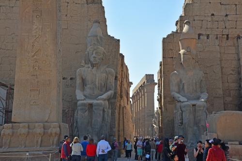 第一塔門の前で、ガイドの説明が始まった。この両側の座像は、ラムセス2世像とのこと。一体エジプトには、ラムセス2世の像がいくつあるのだろうか(笑)。