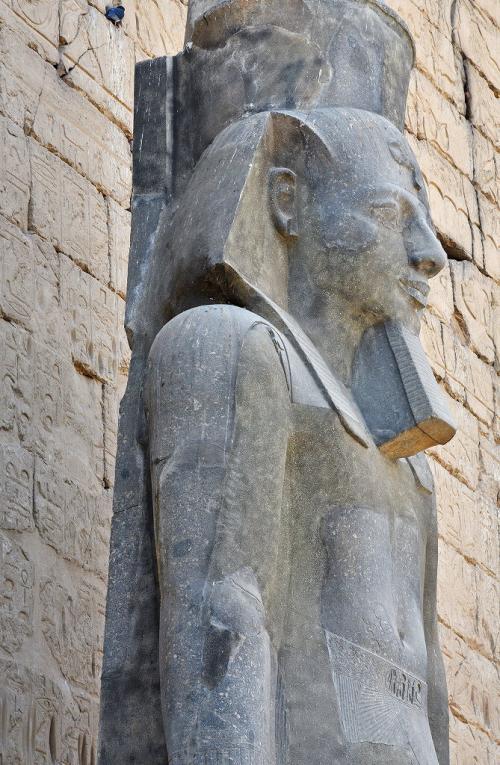 座像の横の立像も撮影。