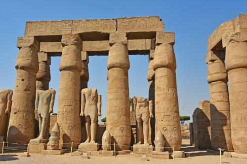 立っているのはすべてラムセス2世像のようだ。