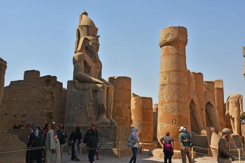この座像もラムセス2世だ。