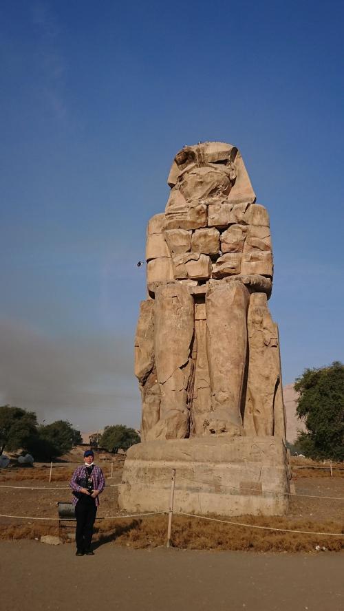 メムノンの巨像で写真撮影をしました。<br />巨像と言っても大きさがわからないので、夫にモデルをお願いしました。