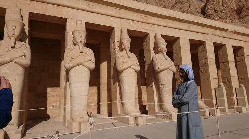 つけ髭をつけて男装をしたハトシェプスト女王の像が並んでいます。