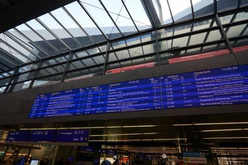 ウィーンHBFから鉄道に乗ることにします<br />およそ1時間5分程度でブラチスラバです<br />というかブラチスラバ(Slovakia)の最寄り空港がウィーン空港(AUSTRIA)なんですよね<br /><br />というわけでめっちゃ近いです<br />OBBでちけっとを買っておきました