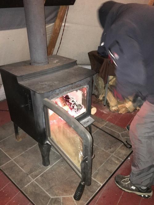 時折、係りの人がストーブに薪を足しに来てくれます。
