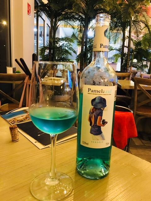 これが噂の青ワイン<br /><br />なんだか、ブルーキュラソーみたいに見えますが、もう少し淡いターコイズの色をしています。こっちの方が透明度が高くて綺麗かな。<br /><br />このボトルの品種はベルデホ種ですが、他の青ワインだといろいろな白をブレンドしていたり、人工甘味を加えて味を調えていたりするものもあるそうです。<br /><br />ま、そこまで手を入れてしまうとワインではなくなってしまうわけですが、このPamelazulという青ワインはベルデホ種だけで作り上げられています。とても味わいのある、コスパに優れたワインです。<br /><br />因みに、青ワインに使われている品種は全てスペインの固有品種ばかりです。