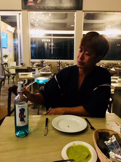カリブ海をバックにこんなワイングラスを傾けたら、ちょっとロマンチックな気分になってしまうような気がします?!?!<br /><br />