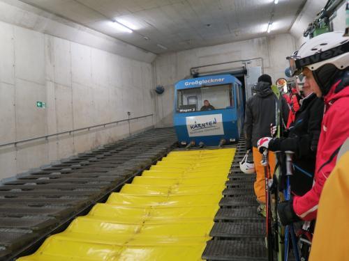 山岳列車がきました!これでゲレンデベース部の2,200mまで登ります。