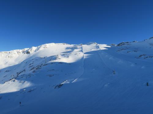 ゲレンデベースからさらにゴンドラにのり、山頂駅から氷河エリアを望む!全部氷河ですが、雪が多くなにがなんだかわかりません。氷河の上にスキー場があります。