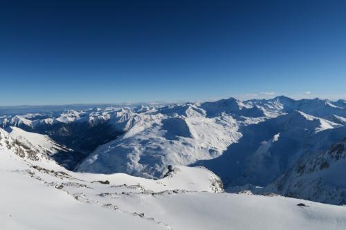 氷河エリアのトップ3,122mからスキー場の裏方向を撮った写真です。オーストリアアルプスが続きます。正面中央にはまた別のスキー場「シュポルトガシュタイン」がありますねー!