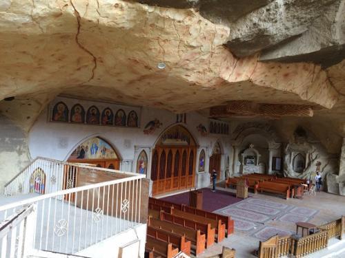 一番下に聖壇、