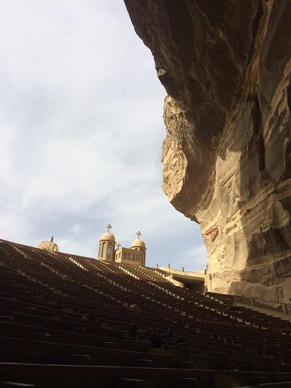 入口の建物があんなに上の方に見えます。