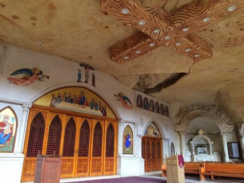聖壇の天井部分には、十字架があり、ライトがついていました。<br /><br />装飾等を見ても、新しい教会だということがすぐにわかります。