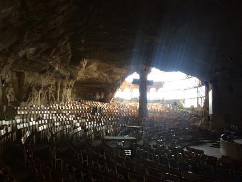 逆光のせいもあり、中央の巨大な岩の十字架がちょっとおどろおどろしい。