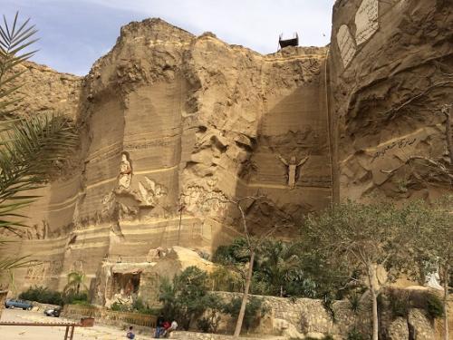 岩窟教会は、現役の祈りの場であり、毎年、コプト正教会の教皇が訪問しています。<br /><br />敷地内は広く、若者がたくさんいて、公園のような雰囲気でした。<br /><br />(コプト教徒のガイドへ聞いたところ、敷地内にひとつ古い教会があるそうです。おそらく見学者には公開されていないのだと思われます)