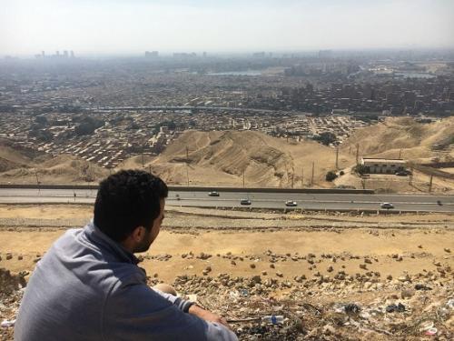 教会とは別の場所になりますが、同じムカッタムエリアに、通称「ムカッタムの丘」と呼ばれる、景色がよい場所があります。<br /><br />こちらはエジプト人の友人が送ってくれた写真。<br /><br />(ちなみに写っている人は、その友人の同僚で、知り合いではないのですが、とりあえずエジプト人は絵になるわぁ)