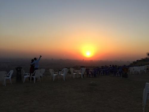 特に日没時はステキで、絶好のデートスポット。<br />(カップルが写真撮ってます)<br /><br />こちらもムカッタムでおすすめのスポットです。