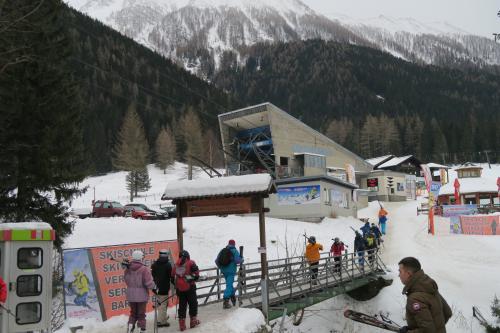 この日の天気予報は吹雪! 朝イチにスキー場来たらまだただの曇りだったので、滑走開始! ベースのスキーセンターです。