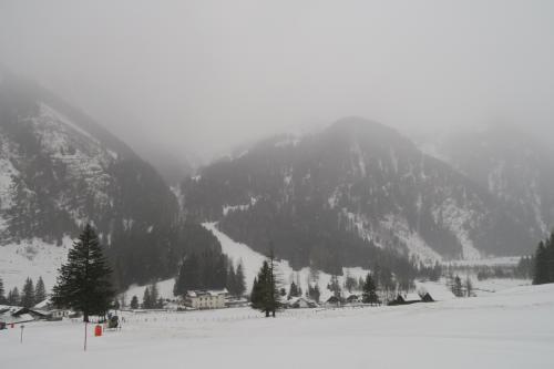 対面にはメインコースのピステ2が見えます。この頃から雪が降ってきたので、慌てて山頂に行きます! 山頂が2,600mあるので、運が良ければ嵐の雲の上に出られるか?と期待して行ってみよう!!